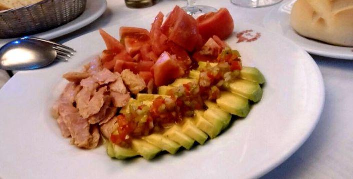 Ensalada con ventresca, tomates y aguacate de HEVIA