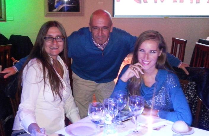 De izq. a der. mi madre Victoria, en medio el socio de EL CASTAFIORE, José Fernández de Pedro, y yo.