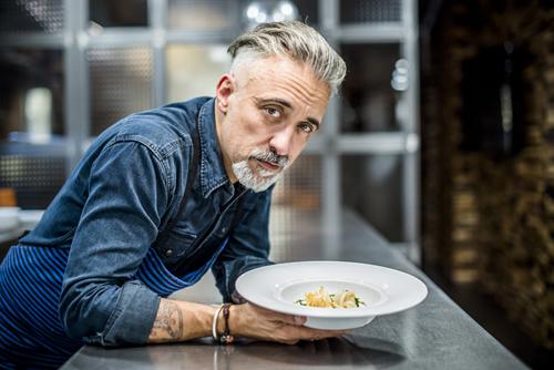 Sergi Arola con uno de sus platos elaborado con langistinos de Gamba Natural