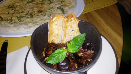 Antipasti: berenjenas confitadas con tomate y piñones de FORTE